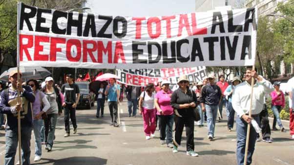 MÉXICO, D.F., 21FEBRERO2013.-Organizaciones sociales y políticas del Estado de México, se manifestaron en paseo de la Reforma para manifestarse en contra de la Reforma Educativa. Se dirigieron a la Secretaría de Gobernación.   FOTO: JUAN PABLO ZAMORA / CUARTOSCURO.COM